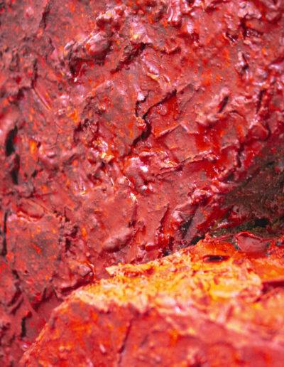 dettaglio di una scultura rossa realizzata da norberto spina