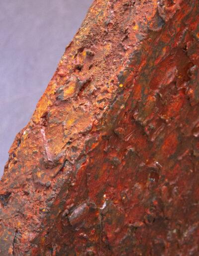 Scultura rossa realizzata a strati