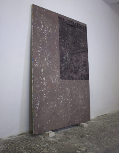 Opeda d'arte contemporanea in spazio espositivo