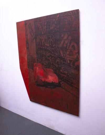 Quadro rosso esposto in mostra in una galleria