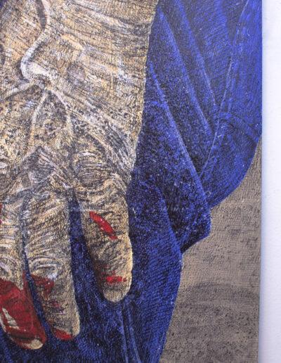 Dettaglio opera d'arte raffigurante una mano anziana sporca di sangue