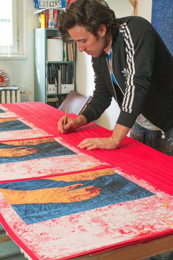 Norberto spina firma la sua opera serigrafica